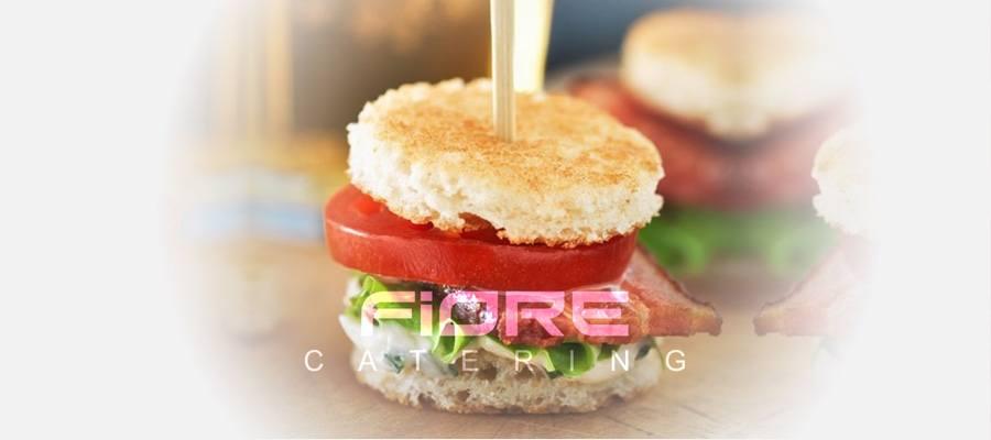 Мини сандвич с бекон на скара, айсберг, барбекю и  млечен сос