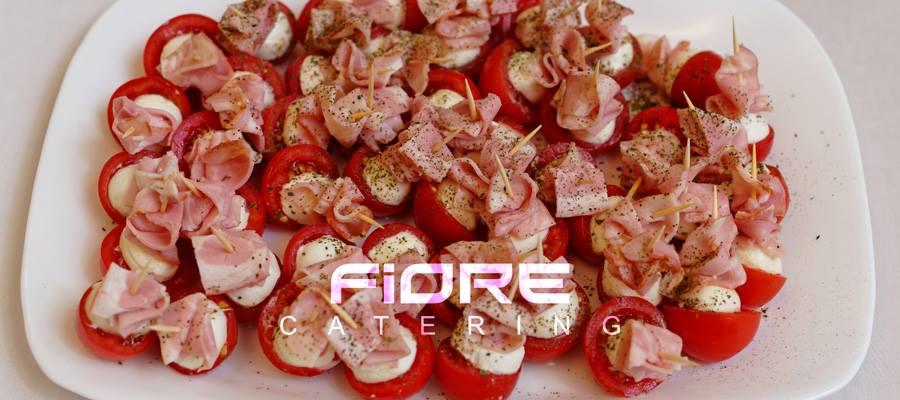 Бекон с моцарела и чери домати, поръсено с босилек