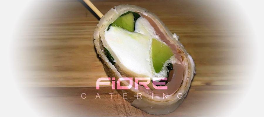 Палачинков рол с крема, сьомга, авокадо слайс  пресен спанак