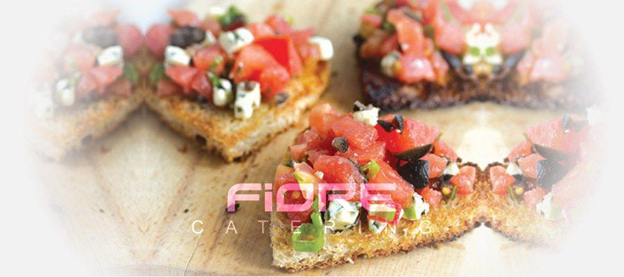 Брускети с домати конкасе, маслини и синьо сирене
