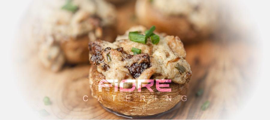 Фаршировани печурки със синьо сирене, зелен чесън, крема и бекон