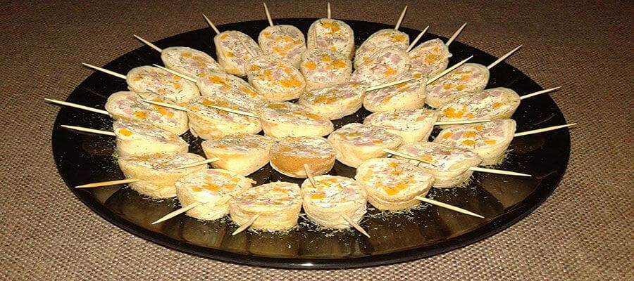 Палачинково руло с крема, чедър, бекон и зелени  подправки