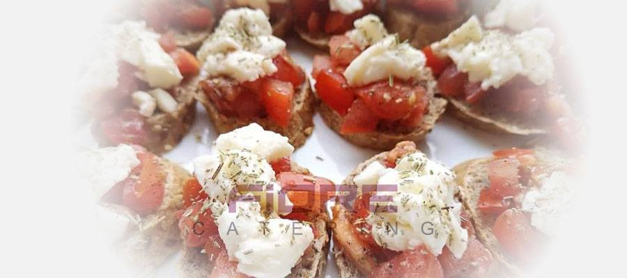 Брускети с домат. Риган, зехтин и моцарела